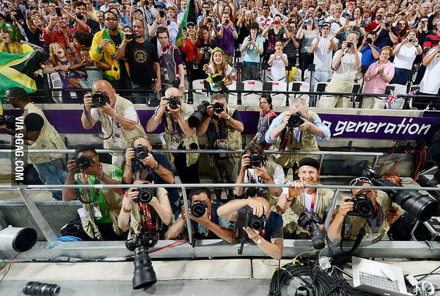After winning the 200m, Usain Bolt took a pic of the crowd