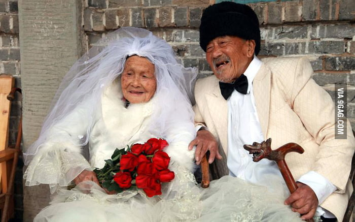 A centenarian Chinese couple finally took their wedding phot