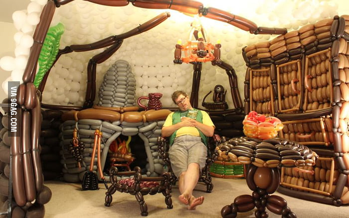 LOTR fan built a Hobbit Hole from 2,600 balloons