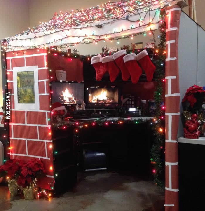 Christmas cabin for 39 best decorated cubicle contest 39 9gag for Cubicle decoration xmas