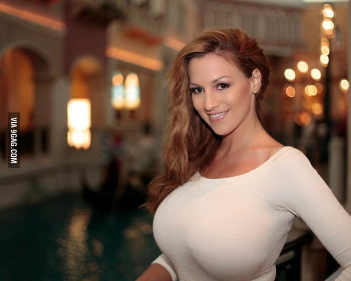 фото девушек с грудью больше шестого размера