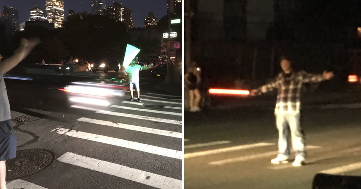 Star Wars Fans Direct Traffic With Lightsabers During New York Blackout