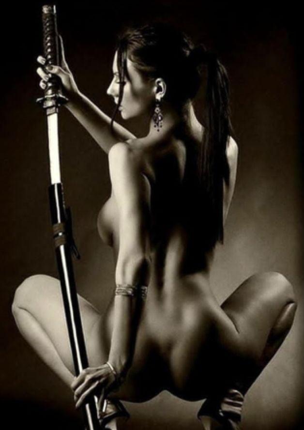 Фотосессия голых моделей с мечом — img 1