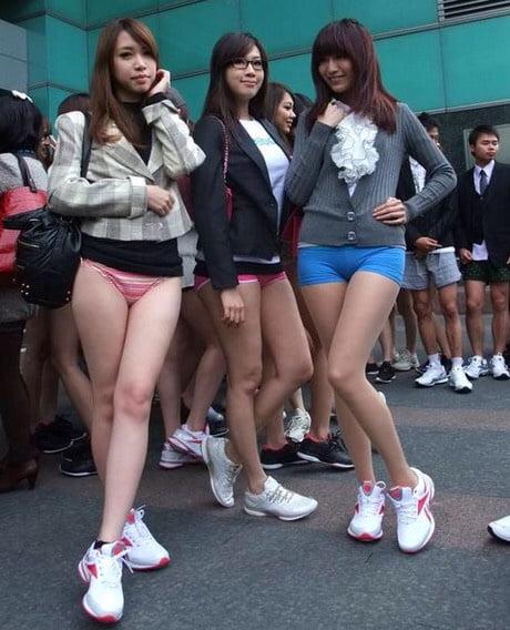 японка забыла одеть стринги было время