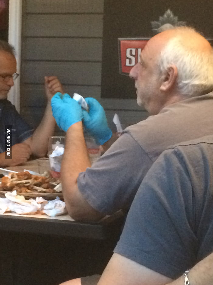 This Guy Knows How To Eat Chicken Wings 9gag