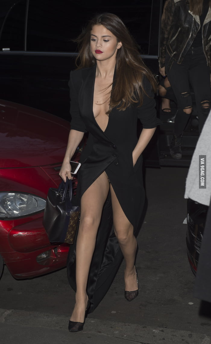 selena-gomez-flashes-in-public