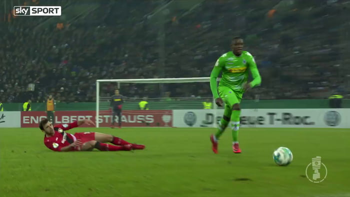 Brutal collision between player and manager in the Bundesliga.