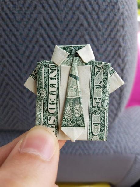 Geld Origami Hemd gefaltet mit Real One Dollar Bill isoliert auf ...   613x460