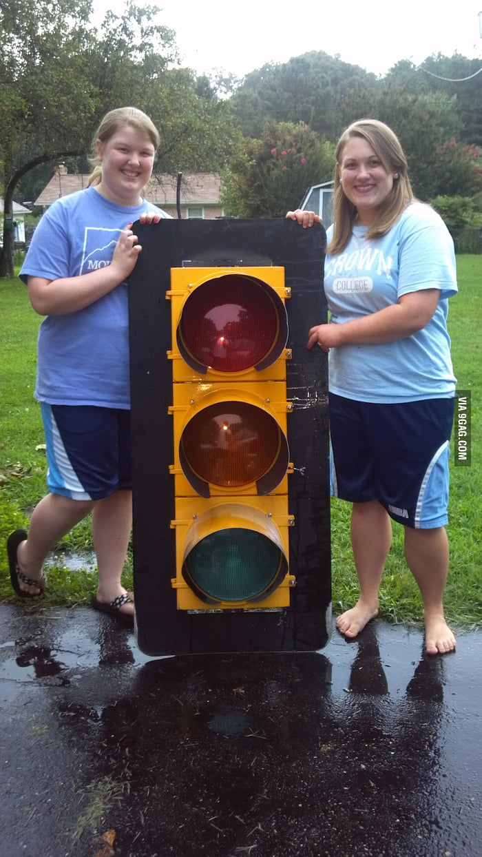 The actual size of traffic light - 9GAG