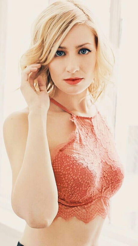 beth behrs in nackt
