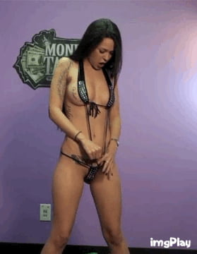 Caprice Opens Snatch While Peeing